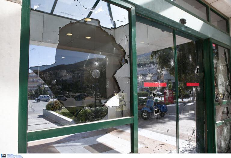 Ρουβίκωνας: Γυαλιά καρφιά το δημαρχείο Ηλιούπολης