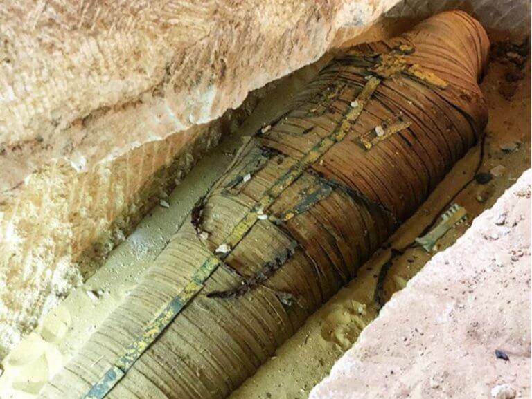 Σε live μετάδοση αποκαλύφθηκε σαρκοφάγος γεμάτη χρυσό στην Αίγυπτο