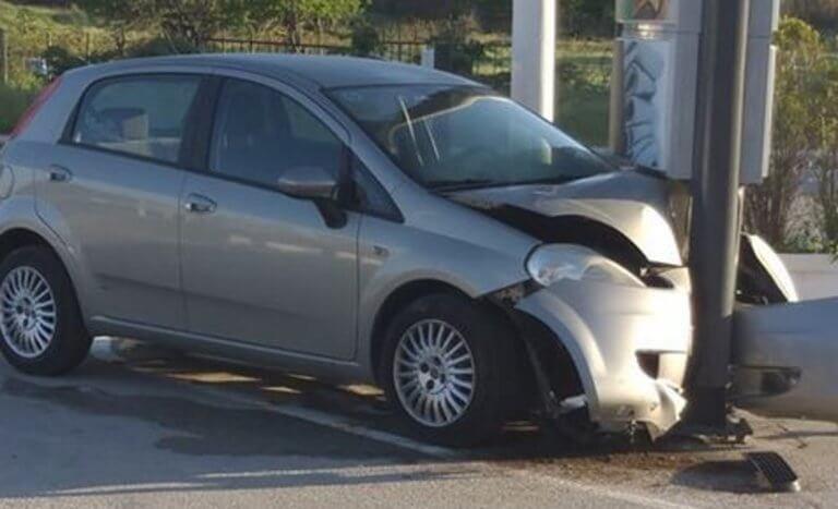 Σέρρες: Σώθηκαν από θαύμα τρεις νεαροί μέσα σε αυτό το αυτοκίνητο – Οι εικόνες του τροχαίου [pics]