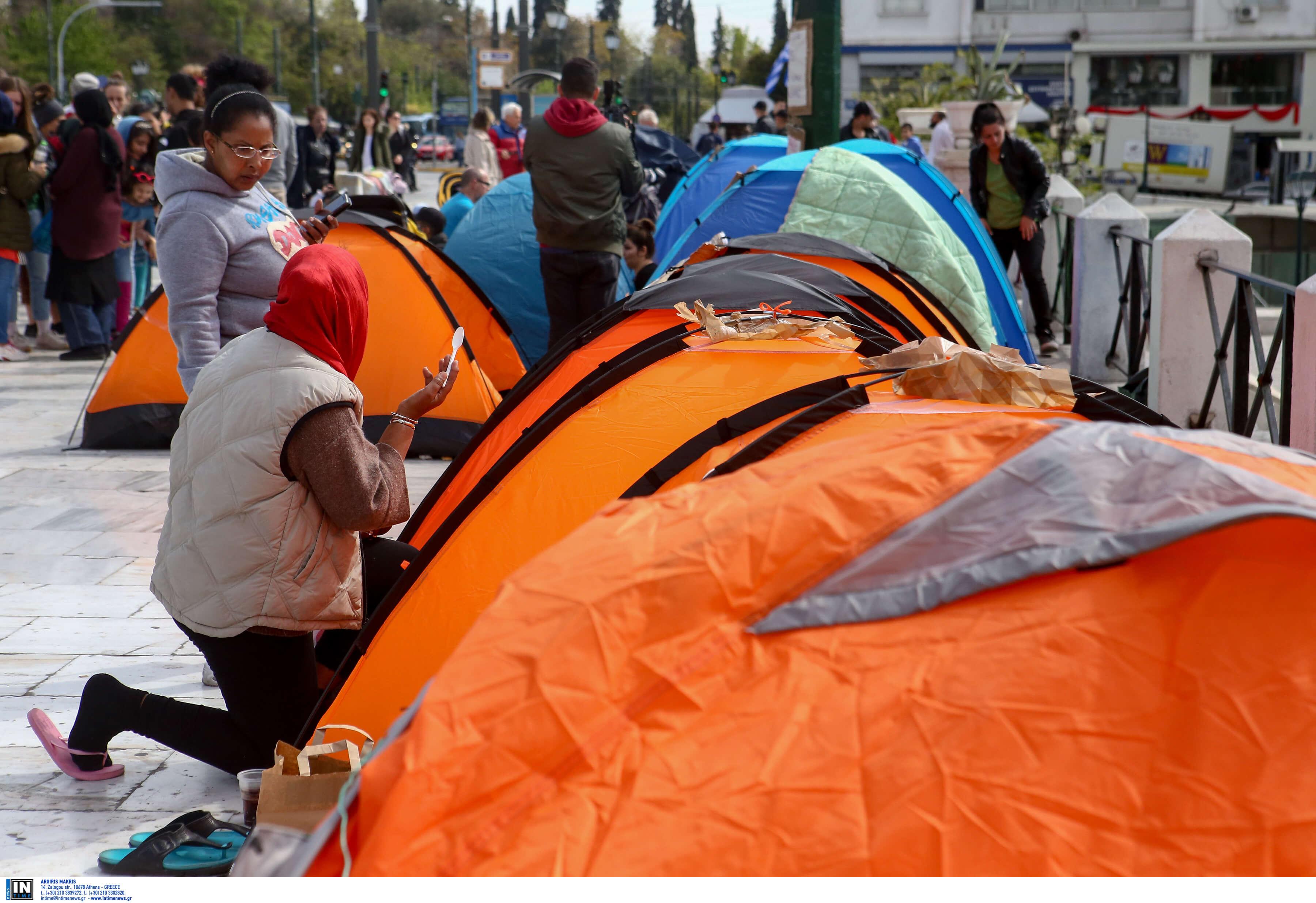 Σύνταγμα: Αρνούνται να αποχωρήσουν οι πρόσφυγες – Διανυκτέρευσαν στις σκηνές τους