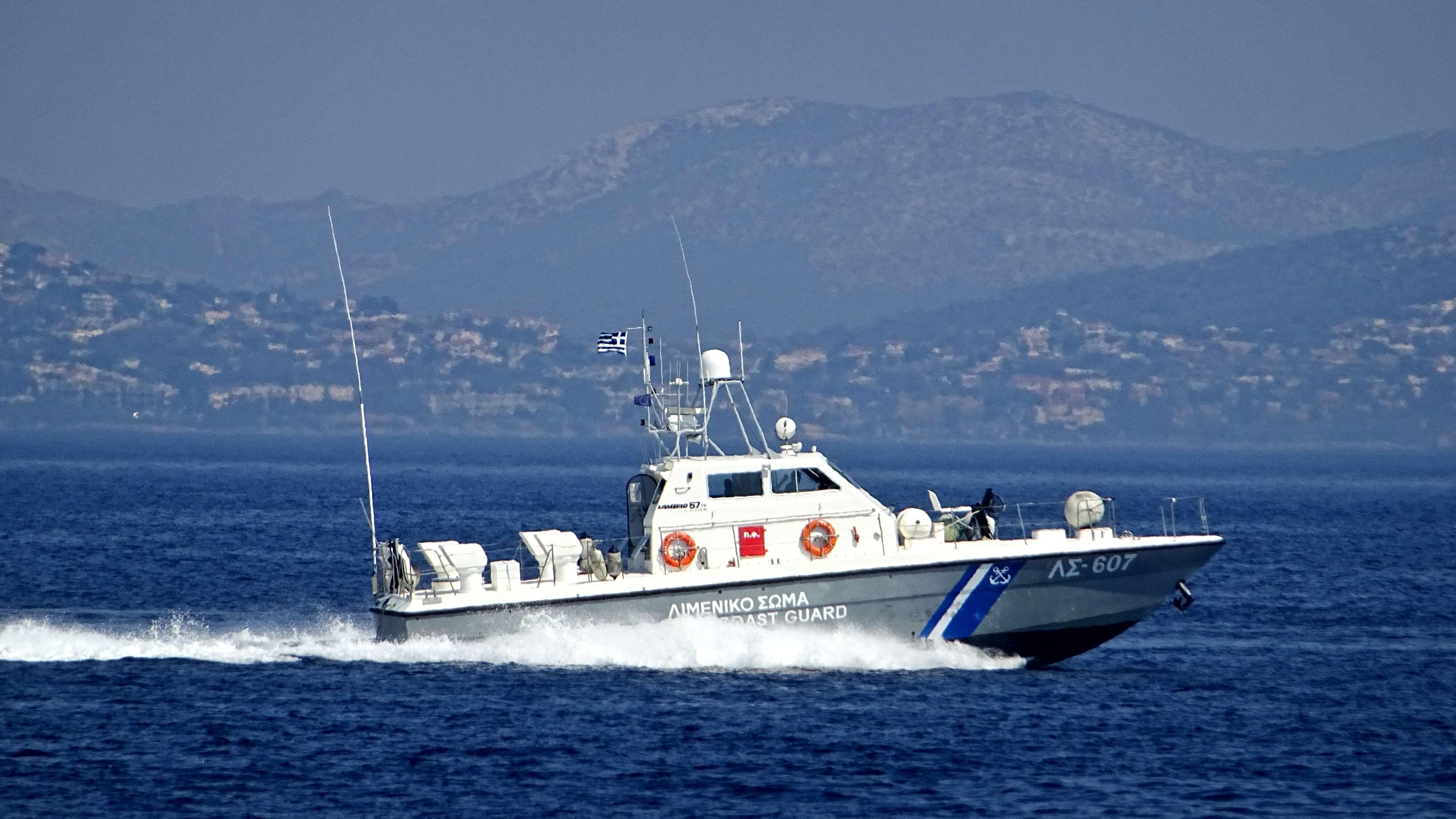 Ακυβέρνητο τουρκικό πλοίο πλέει κοντά στο Αγαθονήσι