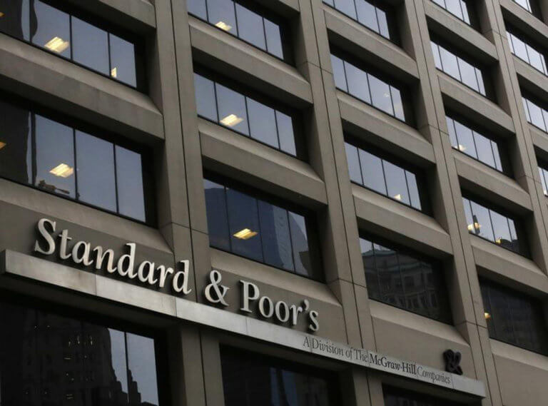 «Ψήφος εμπιστοσύνης» του Standard & Poors προς την Ελλάδα με… προοπτική αναβάθμισης