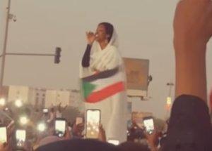 Απειλές για τη ζωή της δέχεται η γυναίκα σύμβολο του Σουδάν