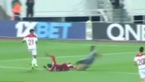 Σοκαριστικός τραυματισμός! Τερματοφύλακας έσπασε και τα δύο πόδια του – video