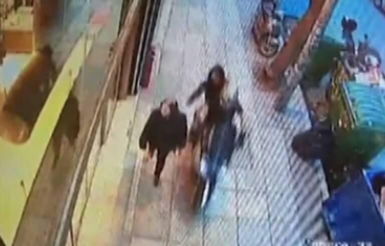 Θεσσαλονίκη: Βίντεο ντοκουμέντο με χτύπημα τσαντάκηδων – Η γυναίκα αποδείχθηκε σκληρός αντίπαλος – video