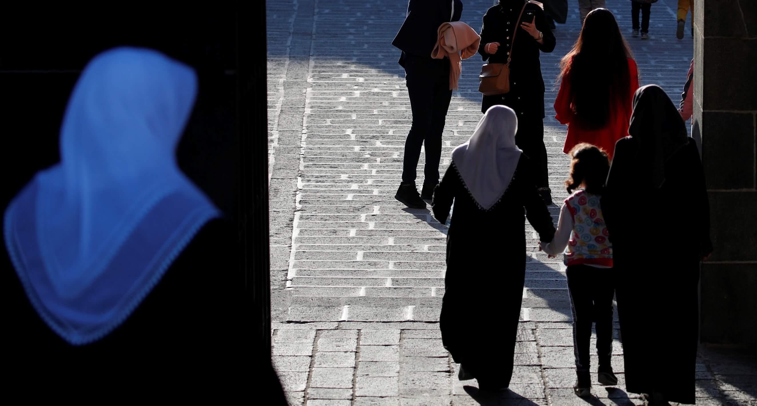 «Γόρδιος δεσμός» για τη γαλλική δικαιοσύνη – Η υπόθεση με τις δύο μητέρες που διχάζει