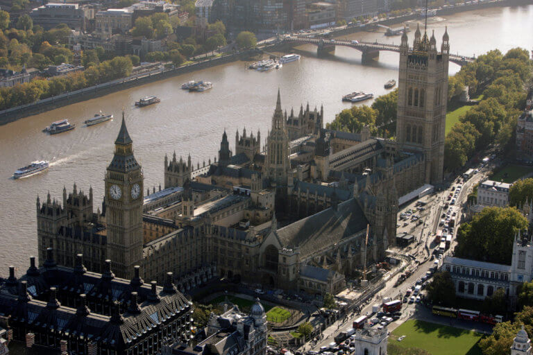 Παναγία των Παρισίων: Οι Βρετανοί «τρέμουν» ότι το Κοινοβούλιό τους θα έχει την ίδια τύχη