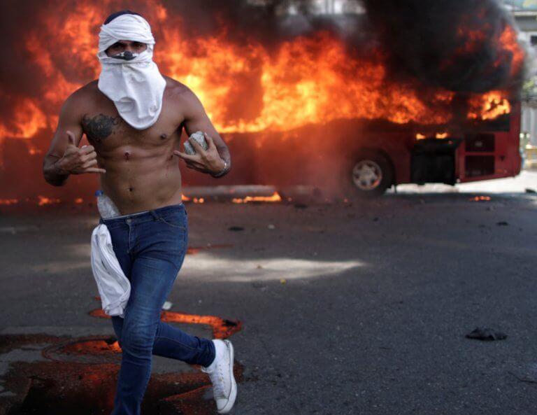 """Βενεζουέλα ώρα μηδέν! """"Πραξικόπημα"""" οι μεν, """"ελευθερία"""" οι δε και… μυρίζει εμφύλιο!"""