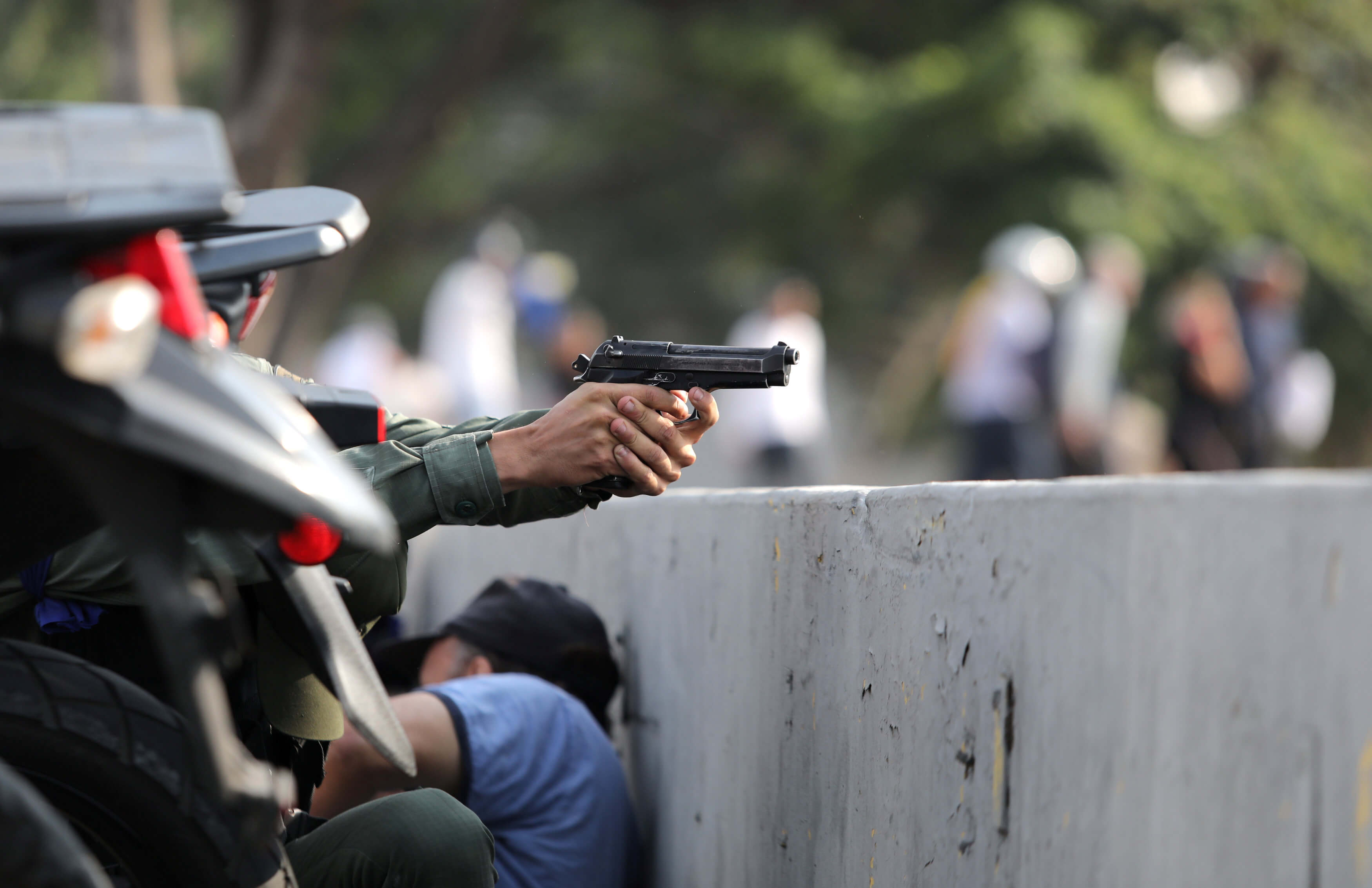 Βενεζουέλα με το δάχτυλο στη σκανδάλη! Πυροβολισμοί, δακρυγόνα και χάος