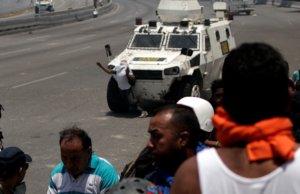 Βενεζουέλα: Βίντεο σοκ! Τεθωρακισμένο της Εθνικής Φρουράς πέφτει στο πλήθος!