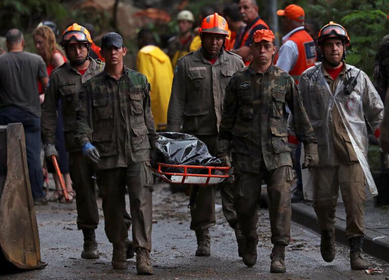 Φονικές πλημμύρες στο Ρίο ντε Τζανέιρο – Δέκα άτομα έχουν χάσει τη ζωή τους [pics]