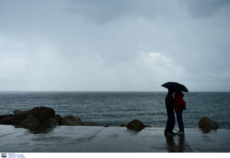 Καιρός: Βροχές και καταιγίδες – Χαμηλή για την εποχή η θερμοκρασία