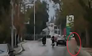 Άνδρας κυκλοφορούσε ολόγυμνος στα Χανιά! video