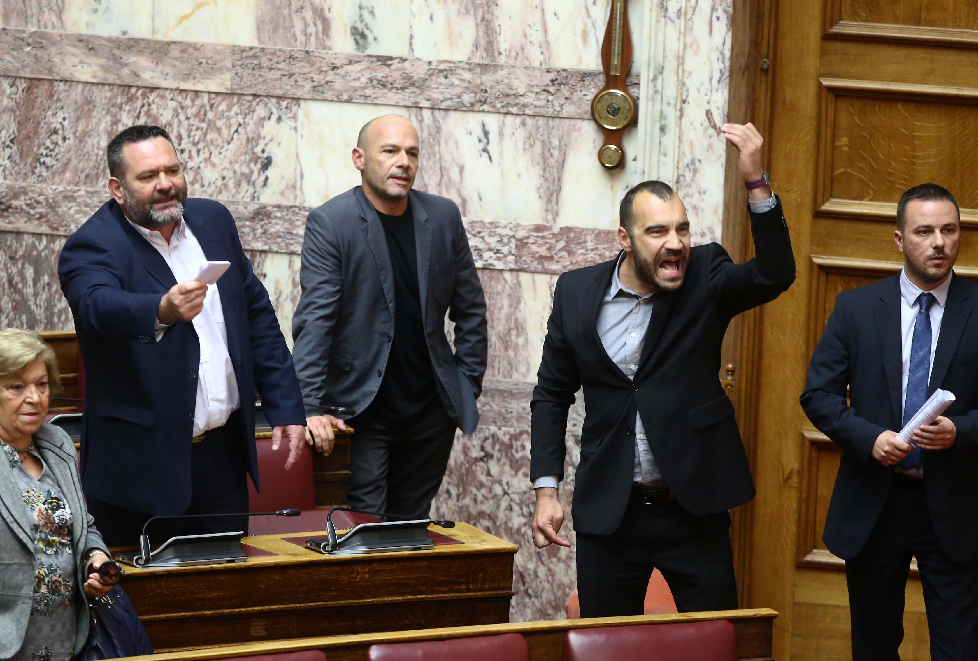 """""""Χαμός"""" ξανά στην Βουλή με την Χρυσή Αυγή! """"Επίθεση"""" στο ΚΚΕ και αποχώρηση από την αίθουσα"""