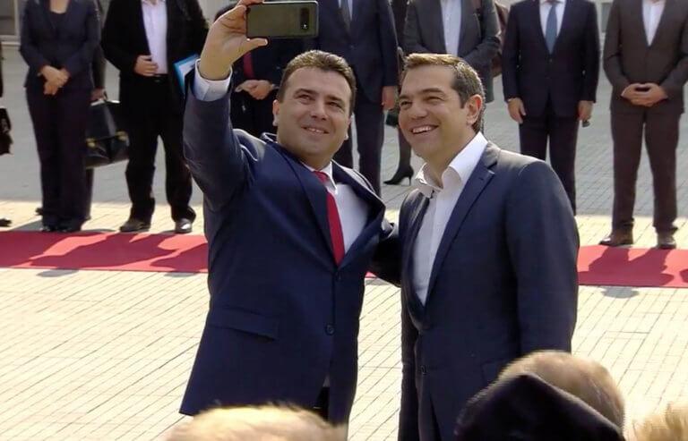 Τσίπρας στα Σκόπια: Η selfie με τον Ζάεφ και η ελληνική σημαία στο γραφείο