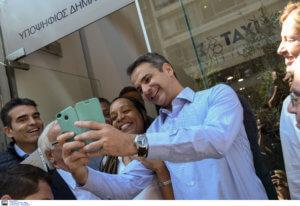 Μητσοτάκης: Selfies, αγκαλιές και ένα αυτοκόλλητο στο πουκάμισό του – Νέα επίθεση στον ΣΥΡΙΖΑ [pics, video]