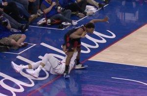 NBA: Αγκωνιά στα… χαμηλά! Γονάτισε μετά το χτύπημα – video