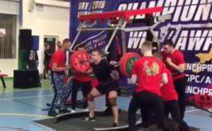 Ανατριχιαστικός τραυματισμός! Προσπάθησε να σηκώσει 250 κιλά, αλλά… – video
