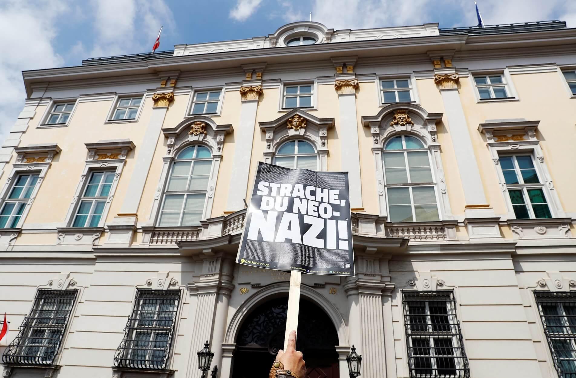 Βιέννη: Πανηγυρίζουν την παραίτηση του ακροδεξιού Στράχε – Απαίτηση για πρόωρες εκλογές!