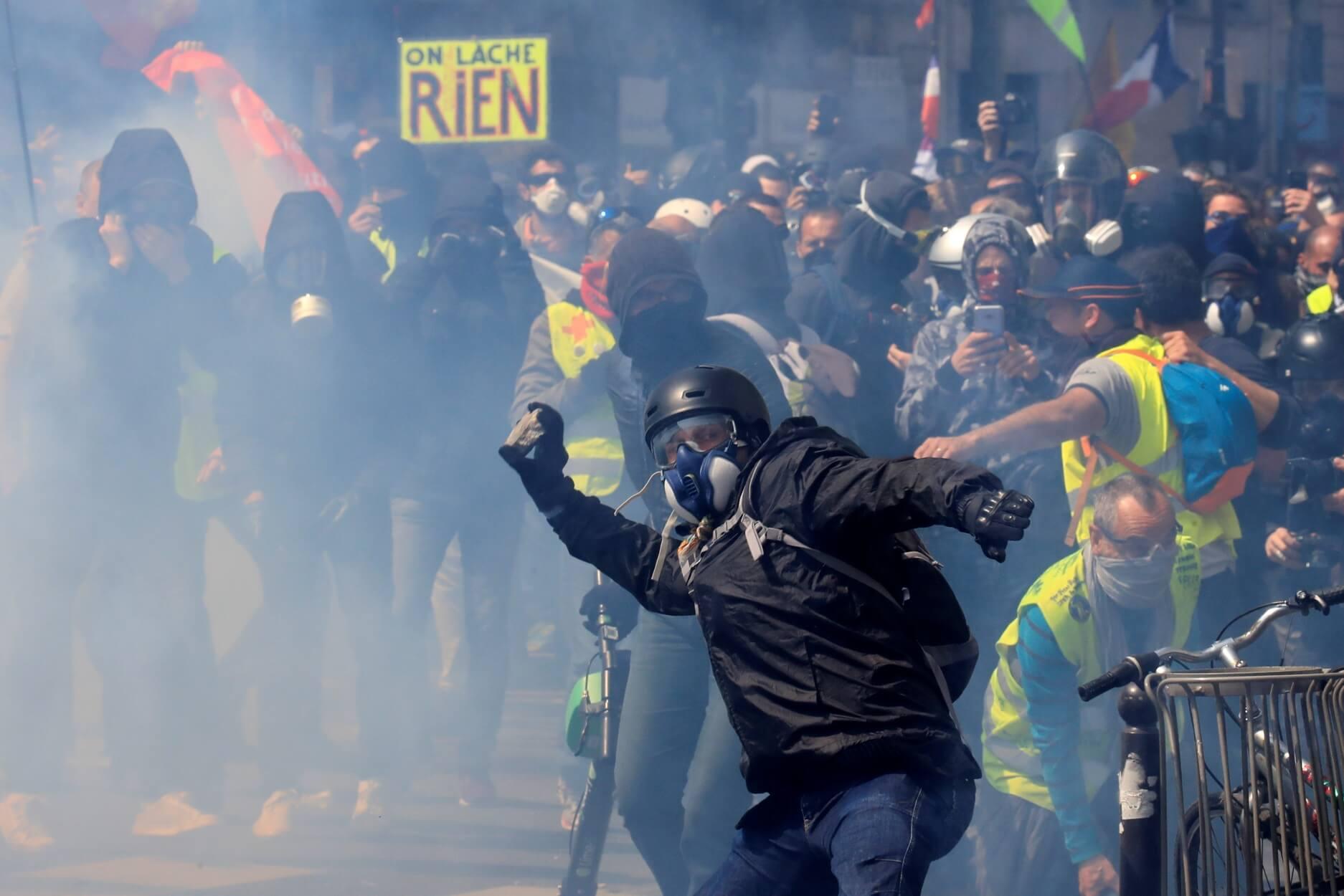 Σοκαριστικά πλάνα από τις ταραχές στο Παρίσι - Κίτρινα Γιλέκα και Black Blocks εναντίον αστυνομικών!