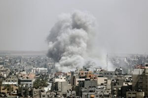 """Λωρίδα της Γάζας: """"Σφυροκόπημα"""" από Ισραηλινούς βομβαρδισμούς"""