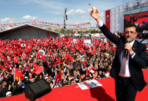 «Επανάσταση» για τη Δημοκρατία υπόσχεται ο έκπτωτος Δήμαρχος Κωνσταντινούπολης Ιμάμογλου