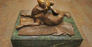 Μόσχα: Άγαλμα για ένα δολοφονημένο σκυλάκι που ζούσε στο μετρό!