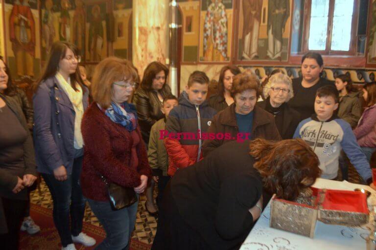 Δάκρυσε και ο ιερέας για την μικρή Αλεξία – Προσευχήθηκαν στις Θεσπιές – video