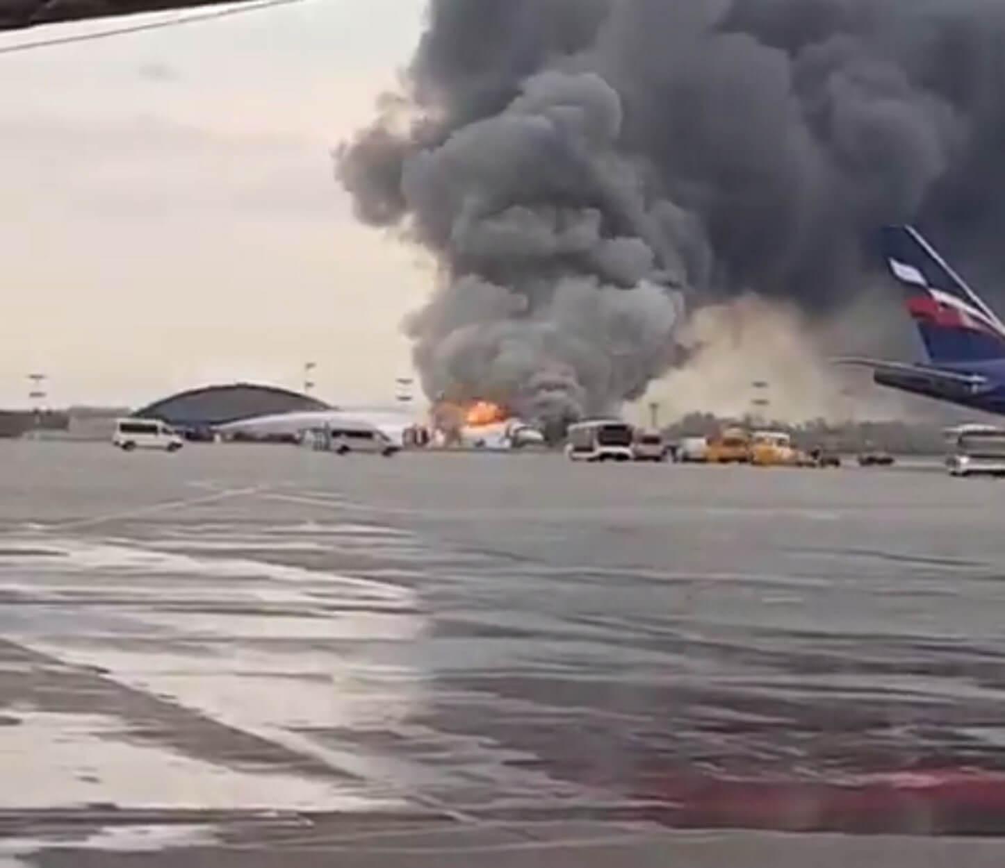 """Μόσχα: Θρίλερ με φλεγόμενο αεροπλάνο – """"Ένας νεκρός και πολλοί τραυματίες""""! Video"""