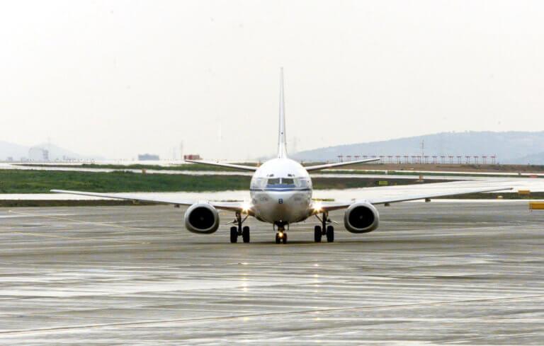 Σαντορίνη: Το αεροπλάνο απογειώθηκε χωρίς εκείνους – Νέες συλλήψεις στο αεροδρόμιο!