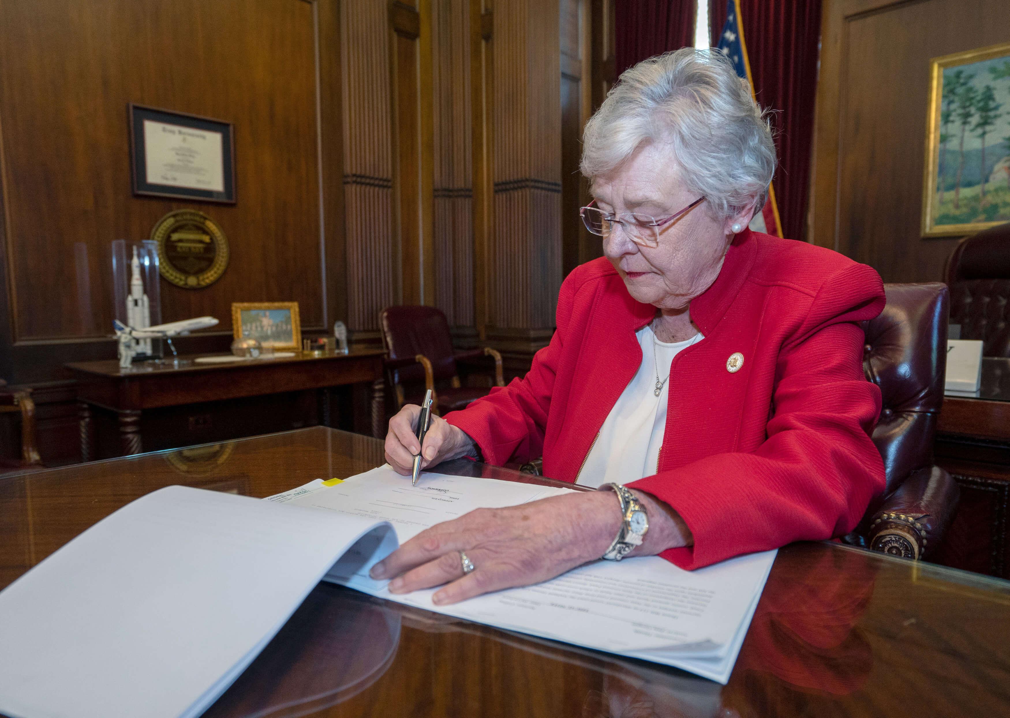 Και επίσημα... Μεσαίωνας στην Αλαμπάμα - Η κυβερνήτρια επικύρωσε την απαγόρευση των αμβλώσεων