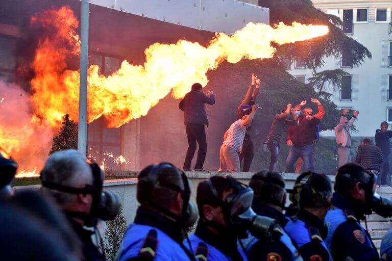 Αλβανία: Σοβαρά επεισόδια στα Τίρανα – Πολλοί τραυματίες [video, pics]