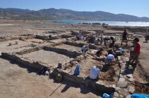 Αρχαιολόγοι και συντηρητές μπροστά σ' έναν αρχαίο τάφο