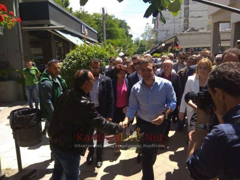 Αγκαλιές και χαμόγελα για τον Αλέξη Τσίπρα στην Καρδίτσα [pics]