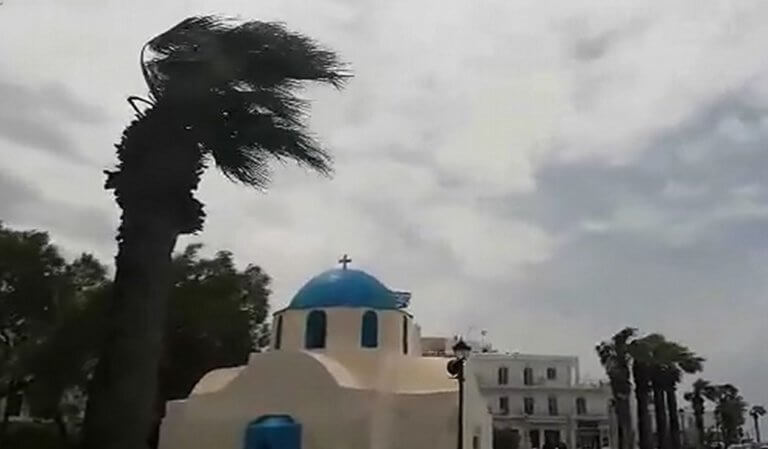 Η σοροκάδα χτύπησε αλύπητα την Παροικιά – video