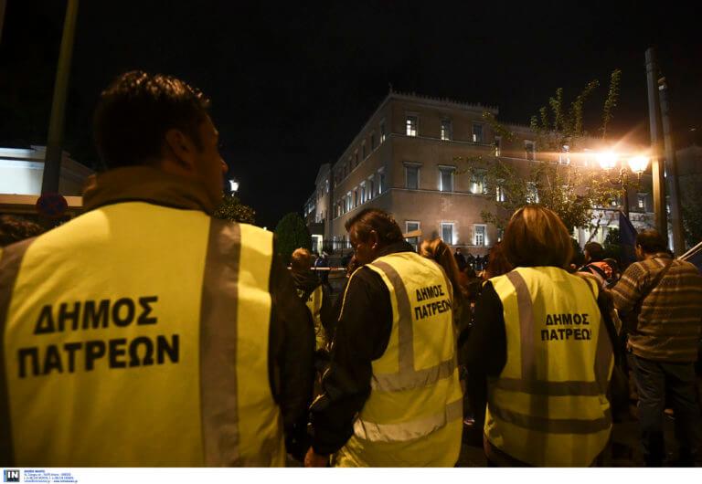 Πάτρα: Διανυκτέρευση συμβασιούχων έξω από τα γραφεία του ΣΥΡΙΖΑ – Το μήνυμα του κόμματος!