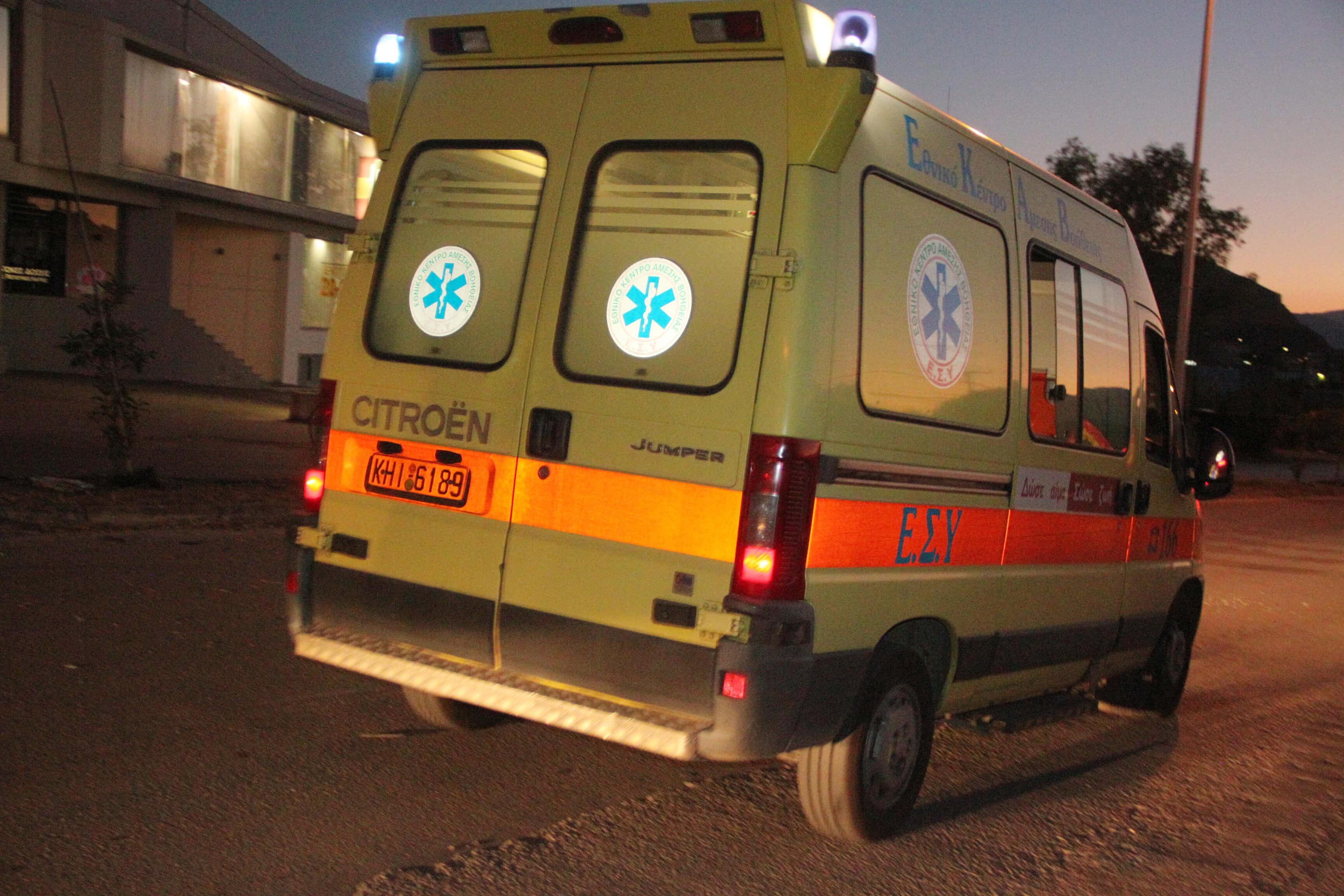 Χίος: Γονέας έσπασε το τζάμι ασθενοφόρου