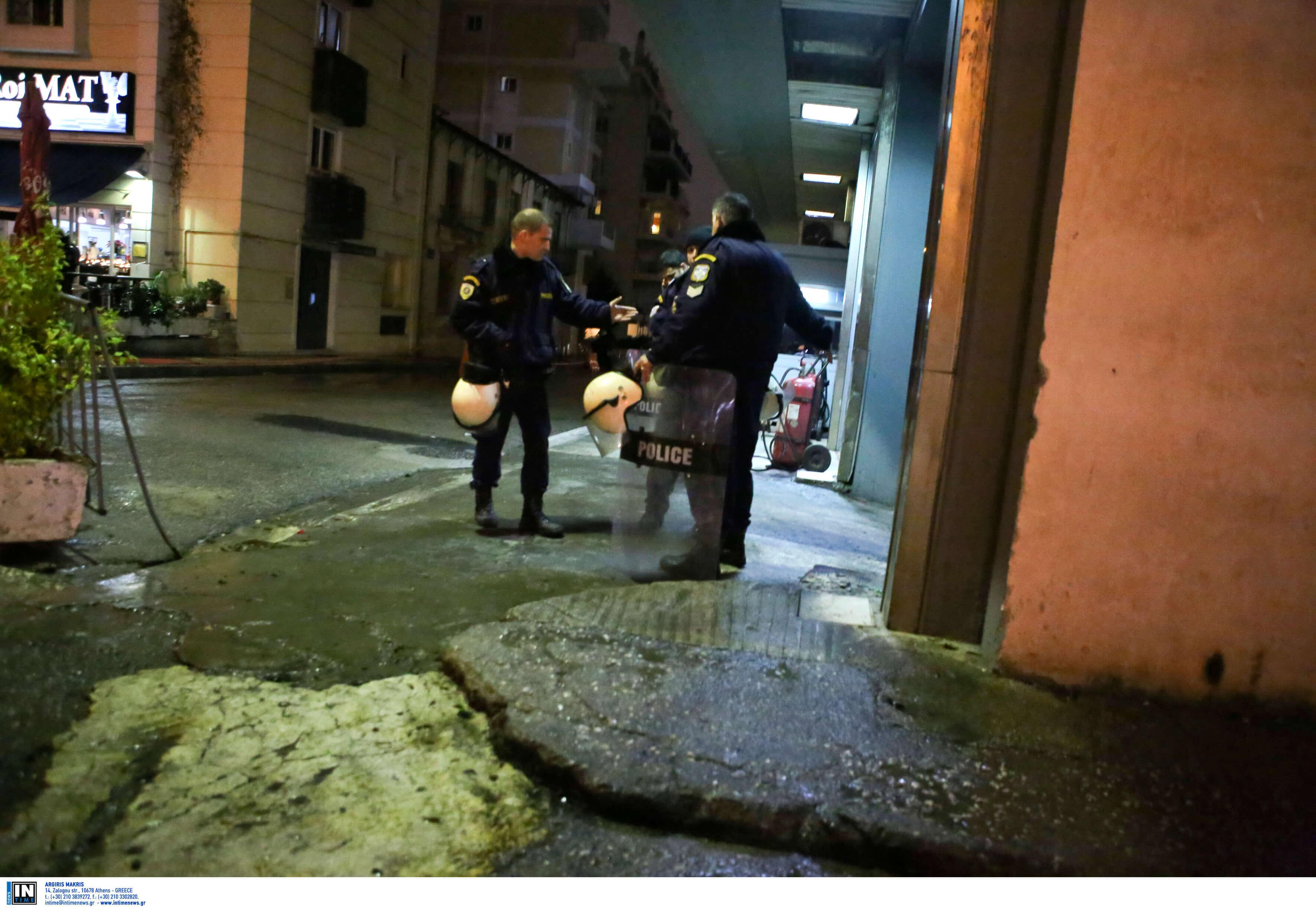 Καταδρομική επίθεση με μολότοφ και γκαζάκια στο ΑΤ Καισαριανής – Τραυματίστηκε ελαφρά αστυνομικός