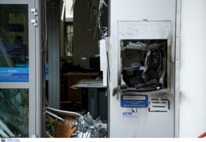 Ανατίναξαν ΑΤΜ στη Σαρωνίδα – Άρπαξαν δύο κασετίνες με χρήματα
