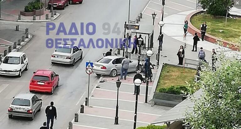 """Θεσσαλονίκη: Αυτοκίνητο """"καρφώθηκε"""" σε στάση λεωφορείου – Τρόμος στο Κορδελιό – video"""