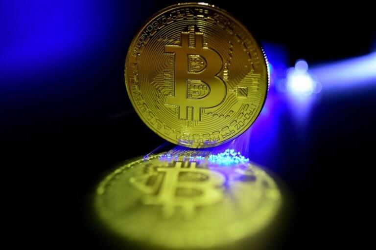 Bitcoin: Απώλειες έως 6% μετά τα ρεκόρ της Κυριακής