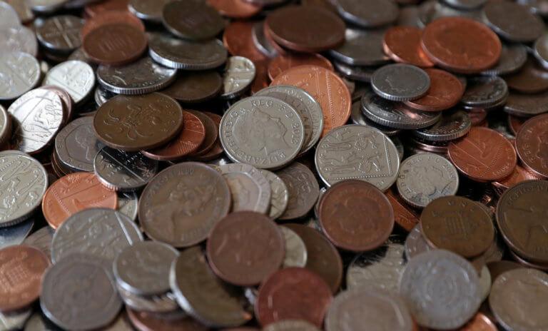 Βρετανία: Παραμένουν σε κυκλοφορία τα κέρματα μίας και δύο πενών