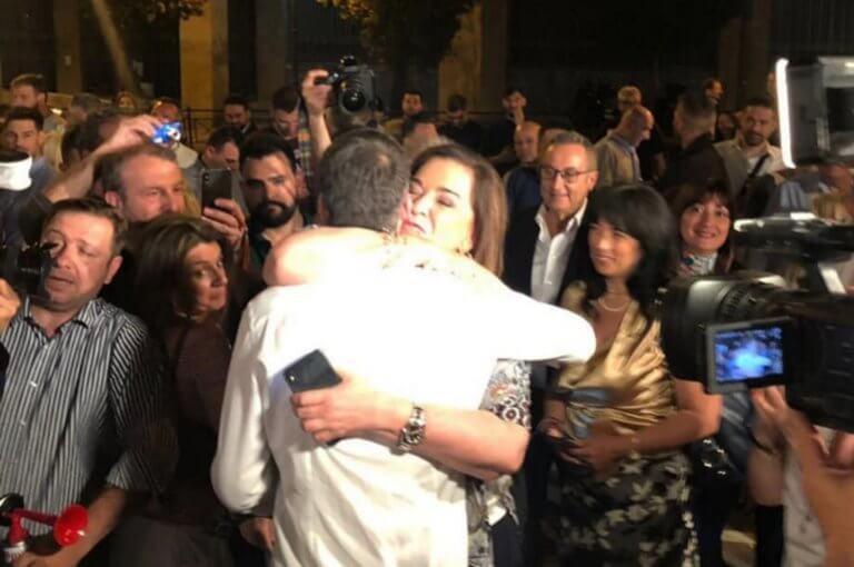 Ντόρα Μπακογιάννη: «Λιώνει» στην αγκαλιά του γιου της! «Συγχαρητήρια αγόρι μου»!