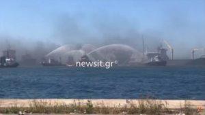 Δραπετσώνα: Έσβησε η φωτιά στο πλοίο – video