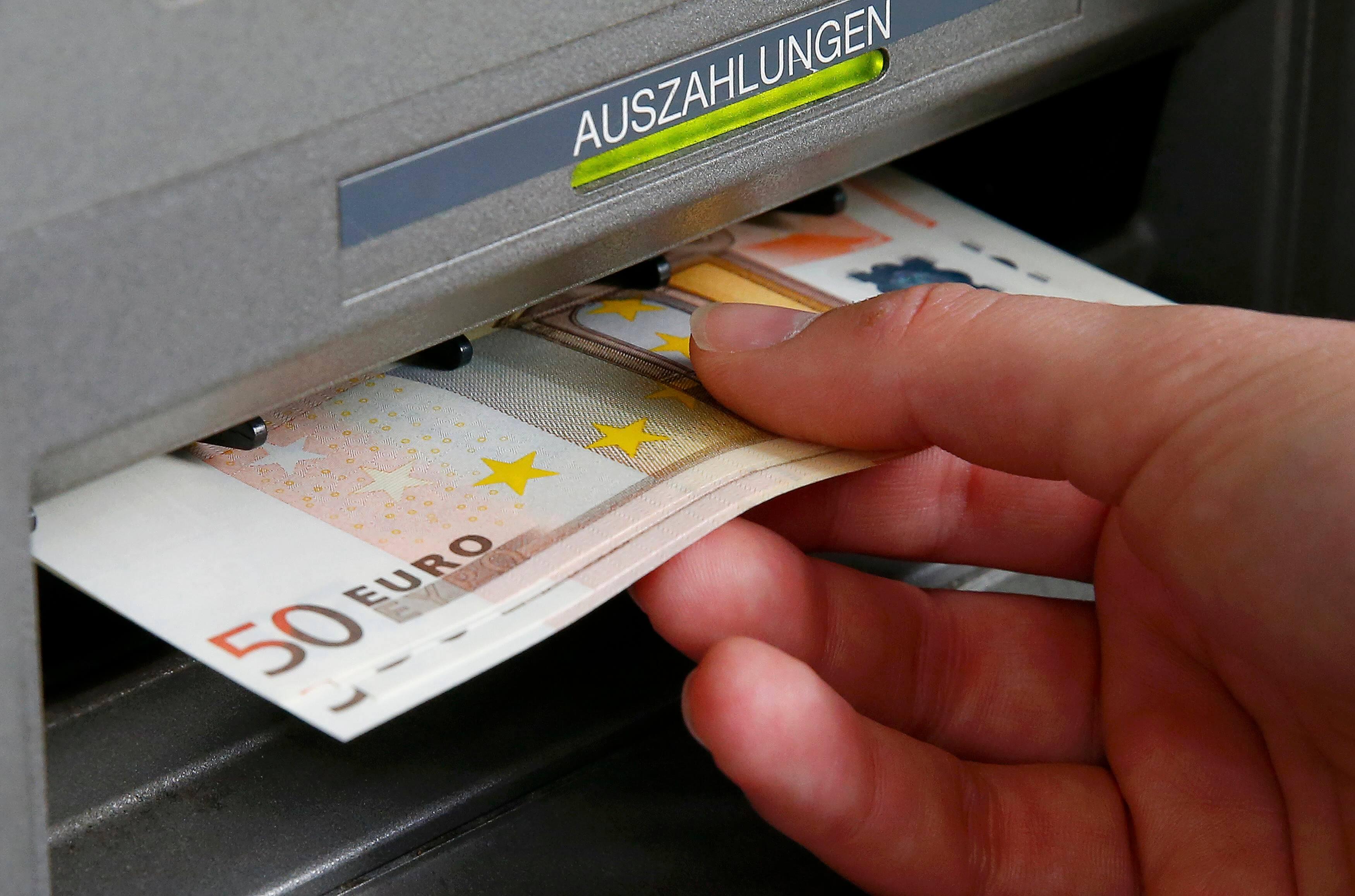 Φόβοι για χρεώσεις στην ανάληψη μετρητών από ΑΤΜ