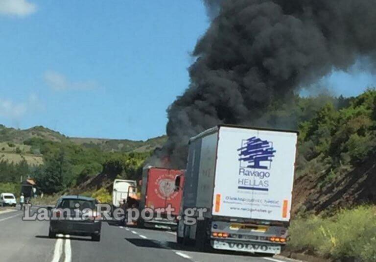 Φθιώτιδα: Φορτηγό τυλίχτηκε στις φλόγες – Πήρε φωτιά στο δρόμο Λαμίας – Δομοκού!