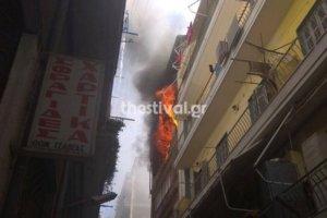 Μεγάλη φωτιά σε πολυκατοικία στο κέντρο της Θεσσαλονίκης – video, pics