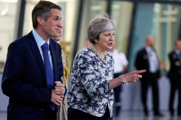 Η Μέι «τέλειωσε» τον υπουργό Άμυνας της Βρετανίας!