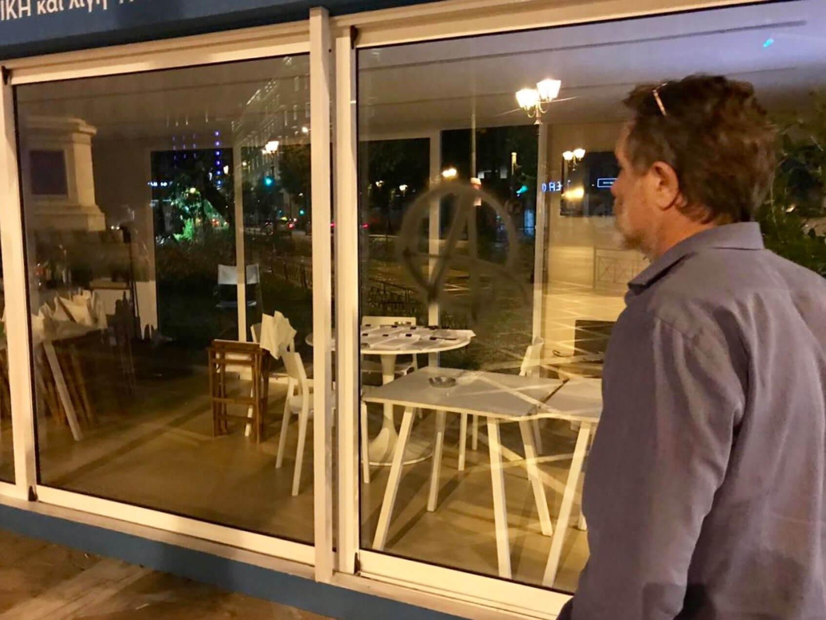 Εκλογές 2019: Η στιγμή του βανδαλισμού στο περίπτερο Μπακογιάννη – Επί τόπου Γερουλάνος – Ηλιόπουλος