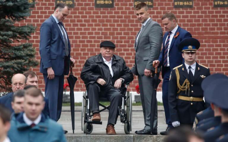 Γκορμπατσόφ: Παρών στην μεγάλη στρατιωτική παρέλαση για τη νίκη επί των ναζί!